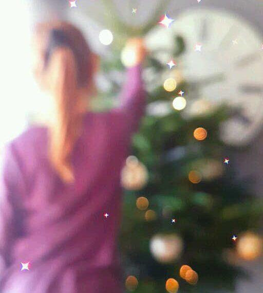 Décorer le sapin de Noël en famille