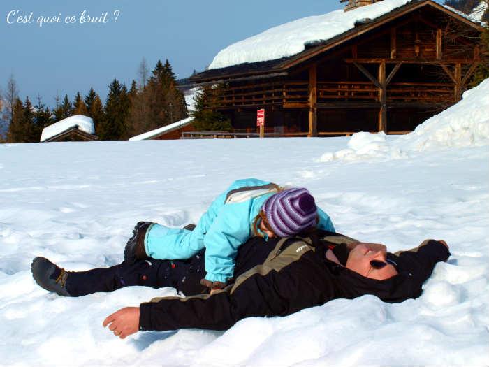 jouer dans la neige en famille
