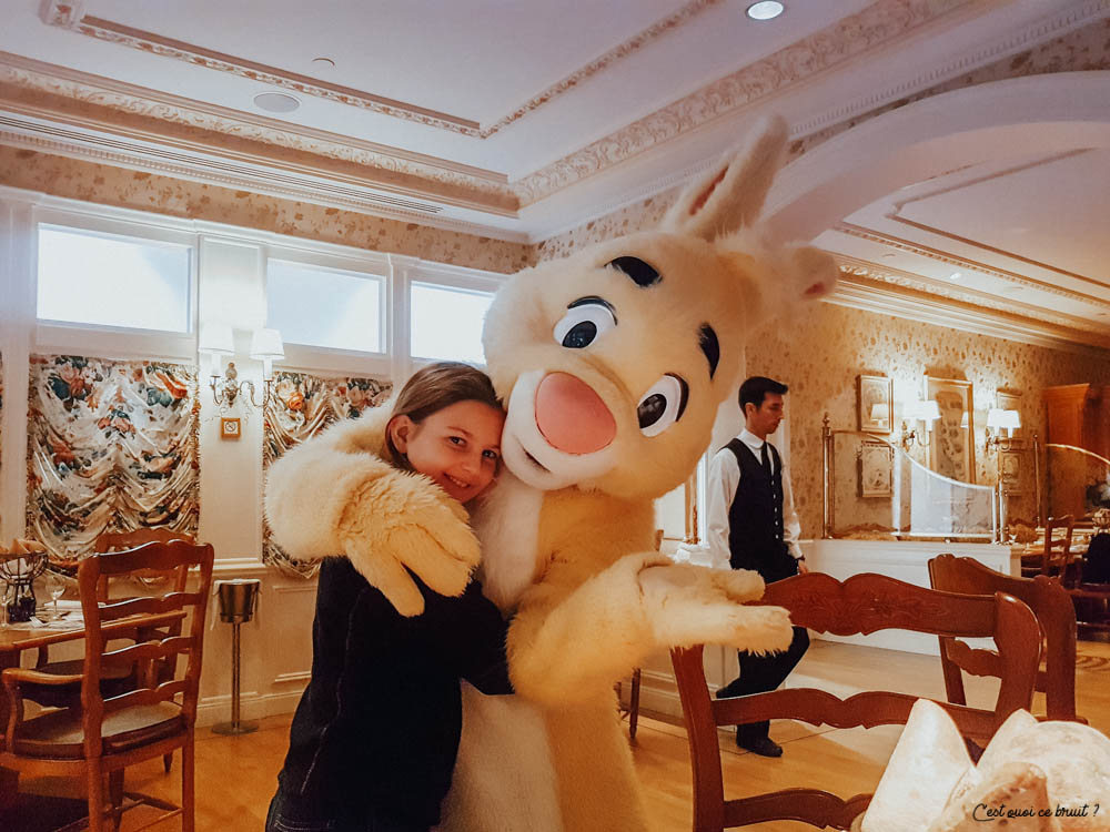 Disneyland Hotel Buffet Inventions manger avec les personnages