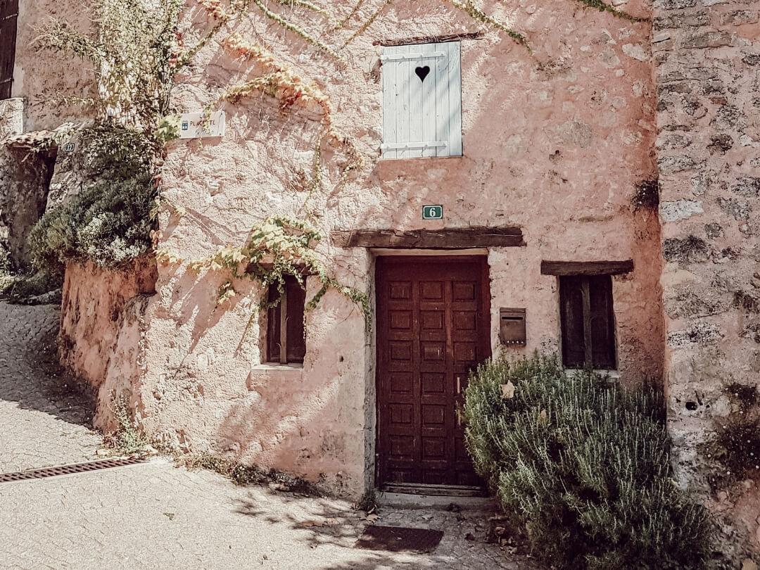 Portes d'entrées en bois dans petit village